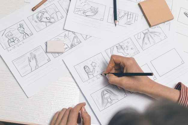Hände zeichnen ein storyboard für den film.