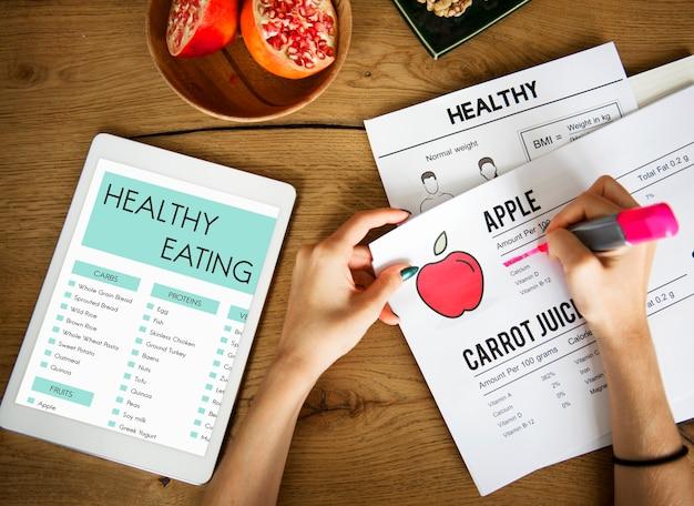 Hände zugrunde liegender text auf einem ernährungspapier