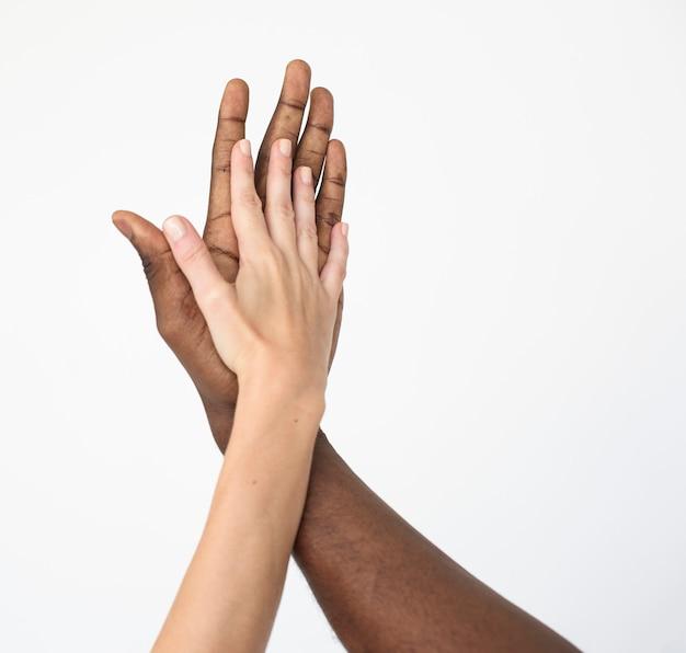 Hände zusammen multiethnisches einheitskonzept