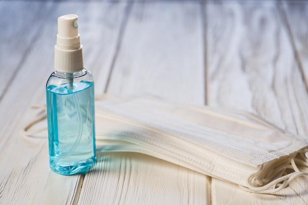 Händedesinfektionsmittel antibakterielles antiseptisches gel, gesichtsmaske auf dem tisch
