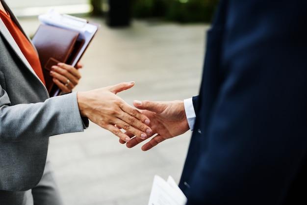 Händedruck-unternehmenspartnerschafts-büroangestellter-konzept