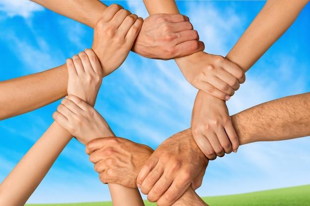 Händedruck vieler junger geschäftsleute, teamwork-konzept