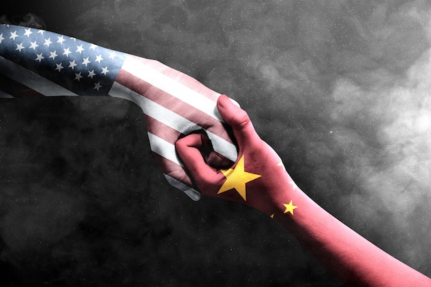 Händedruck von händen von zwei männern mit chinesischer haut und amerika-haut