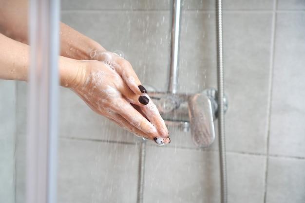 Händehygiene. händewaschen mit seife in einer duschkabine. spa- und entspannungsbehandlungen zu hause.