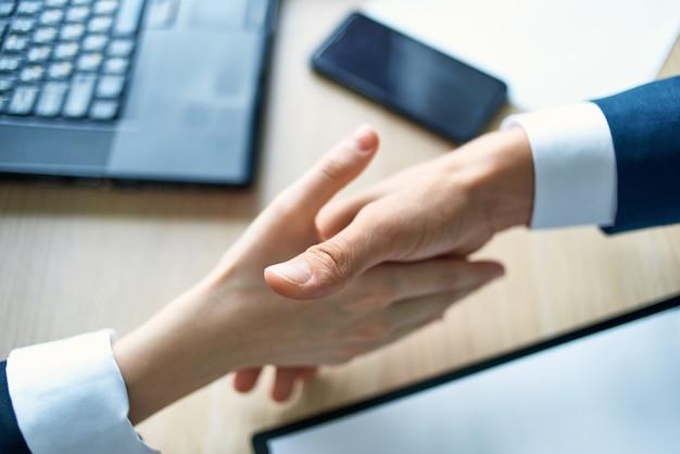 Händeschütteln bewältigt erfolgreiches büroarbeitsgeschäft