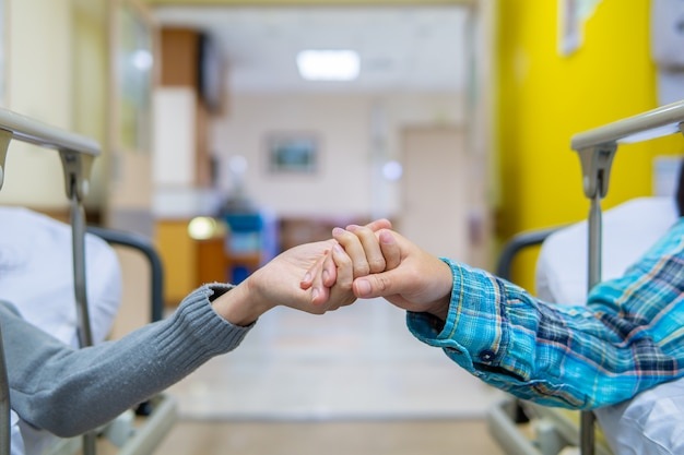 Händeschütteln, ermutigung oder trost, zwei frauen waren in einen unfall oder krankheit simu verwickelt