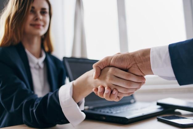 Händeschütteln im büro erfolgreicher deal-arbeitsgeschäft