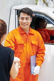 Händeschütteln von arbeitern und kunden