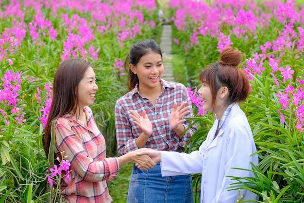 Händeschütteln von forschern und orchideengartenbesitzern