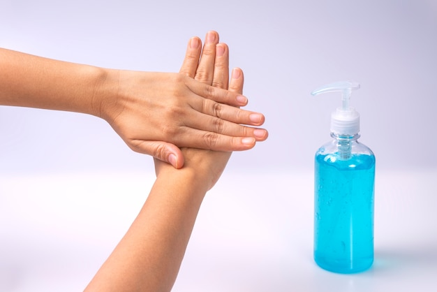 Händewaschen mit alkoholgel verhindert die ausbreitung von keimen und bakterien und vermeidet infektionen mit dem corona-covid-19-virus.