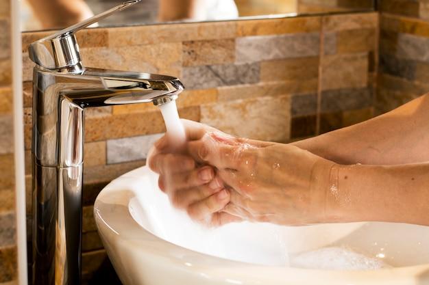 Händewaschen mit flüssiger seife