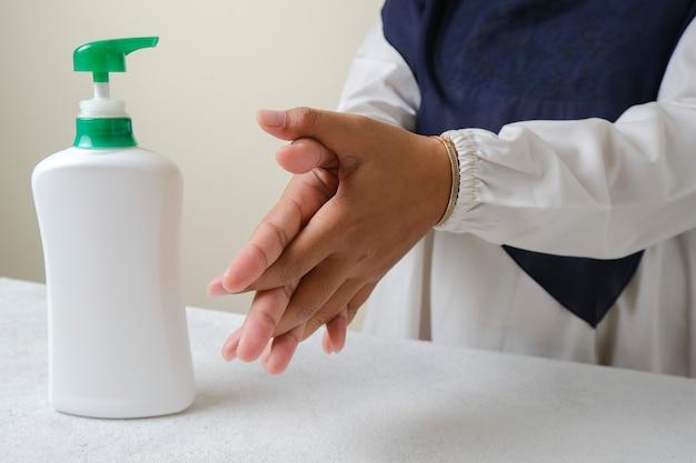 Händewaschen mit flüssigseife oder alkoholgel aus pumpflaschenhygiene- und gesundheitskonzept