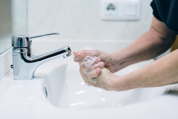 Händewaschen mit seife und heißem wasser