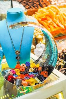 Händler auf dem istanbuler markt verkaufen eine vielzahl von waren.