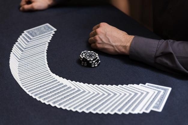 Händler, der das deck am pokerspiel verbreitet