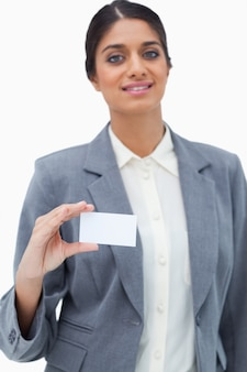 Händlerin, die leere visitenkarte zeigt