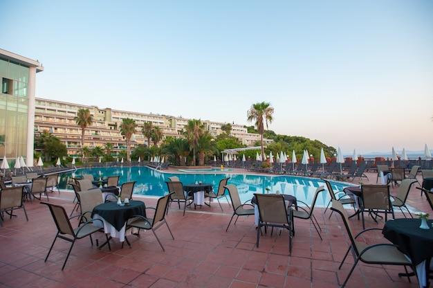 Hängematten mit sonnenschirmen am pool für die gäste
