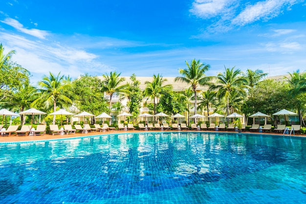 Hängematten und sonnenschirme aus dem pool gesehen