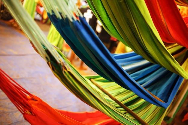 Hängematten von verschiedenen farben, farben des regenbogens auf dem nachtmarkt in goa