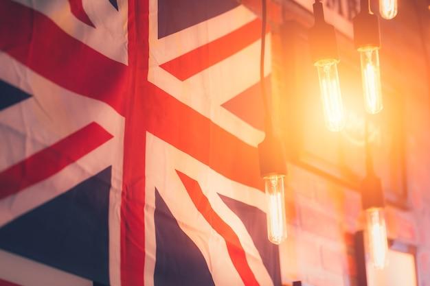 Hängen sie glühlampe mit britischer flaggenartlandschaftsdekoration-weinleseinnenart.