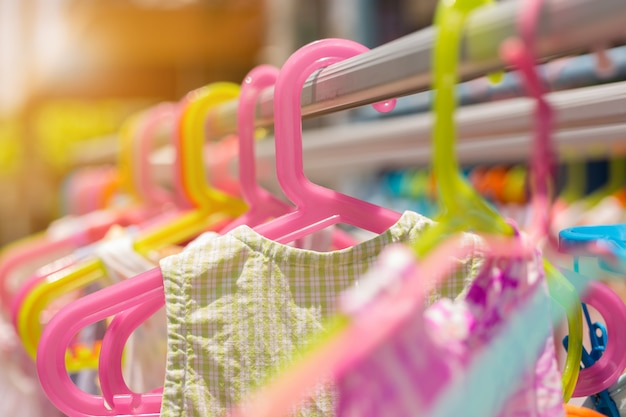 Hängen sie trockenen bunten kleiderbügel der babykleidung