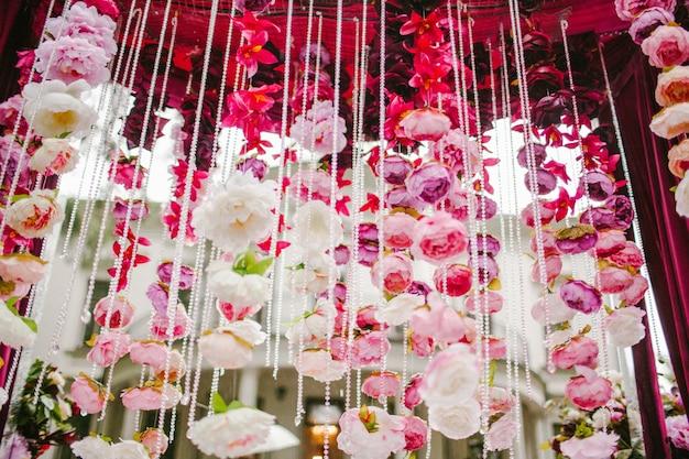 Hängende dekoration von blütenblättern