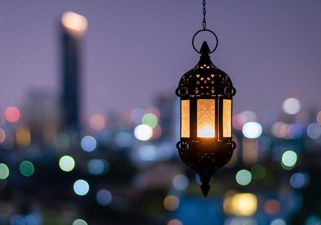 Hängende laterne mit nachthimmel für ramadan kareem.