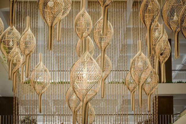 Hängende laternenlampen in holzgeflecht aus bambus verzieren