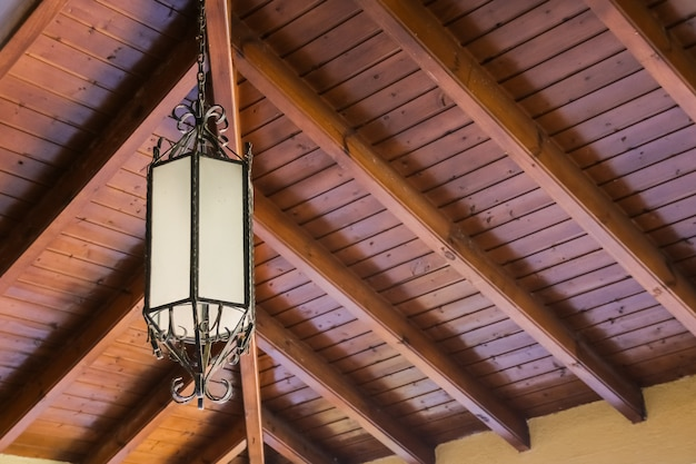 Hängende laternenlampen in holzgeflecht aus bambus verzieren.