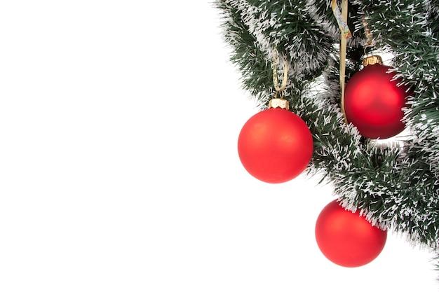 Hängende rote weihnachtskugeln des weihnachtsmannes auf weißem hintergrund