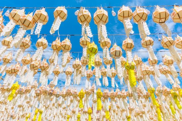 Hängendes festival der papierlaterne bei wat phra that hariphunchai lamphun thailand
