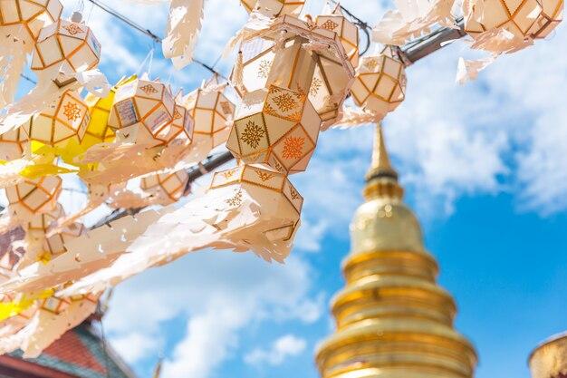 Hängendes festival der papierlaterne mit goldener pagode bei wat phra that hariphunchai lamphun thailand
