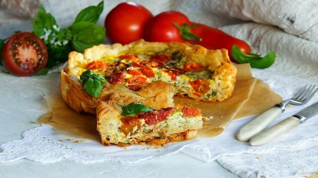 Häppchen aus hausgemachtem filoteig mit mozzarella, basilikum, tomaten und knoblauch