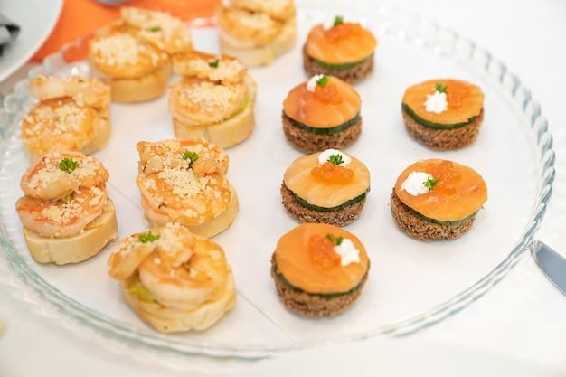 Häppchen. ein praktisches buffet-feed. kleine sandwiches auf dem festival.