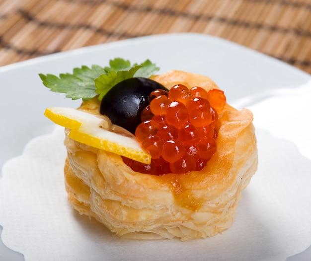 Häppchen mit rotem kaviar und zitrone