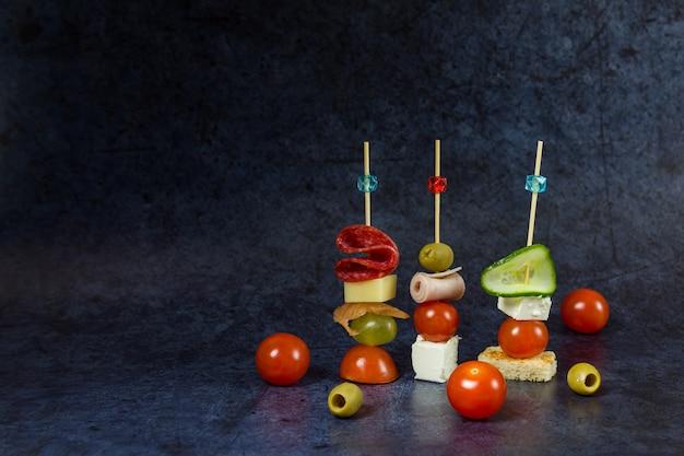 Häppchen, snacks auf dunkelblauem hintergrund