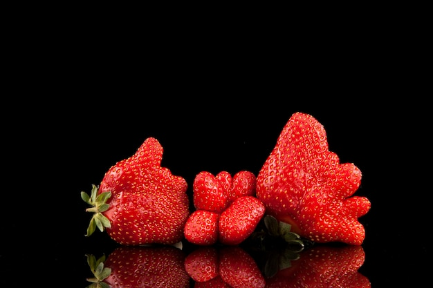 Hässliche beeren von bio-erdbeeren