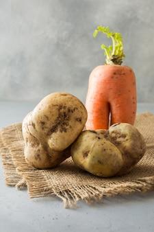 Hässliche bio-karotten und kartoffeln