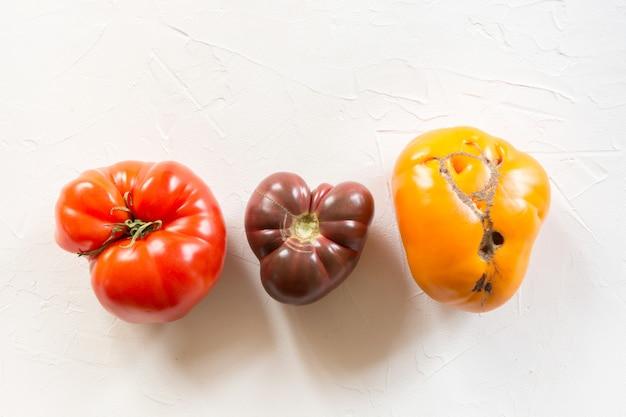 Hässliche bio-tomaten auf weiß,