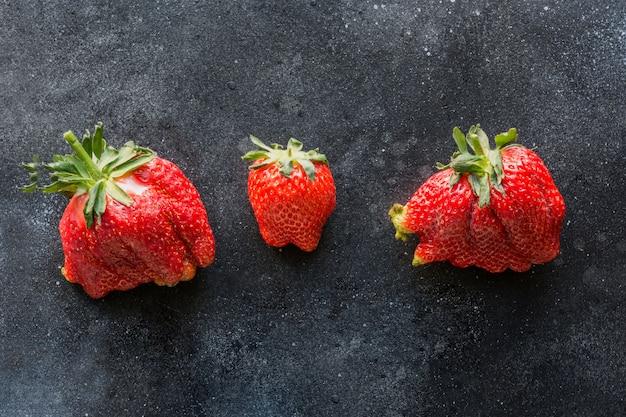 Hässliche drei reife bio-erdbeere