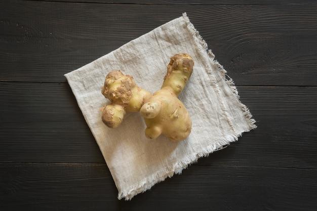 Hässliche kartoffeln auf dunklem holz