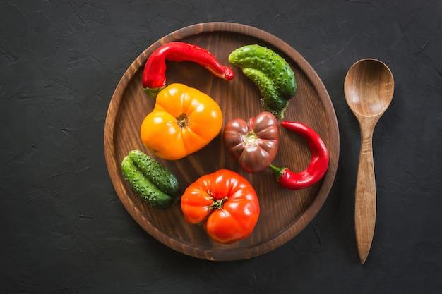 Hässliche organische bunte tomate, pfeffer, gurke,