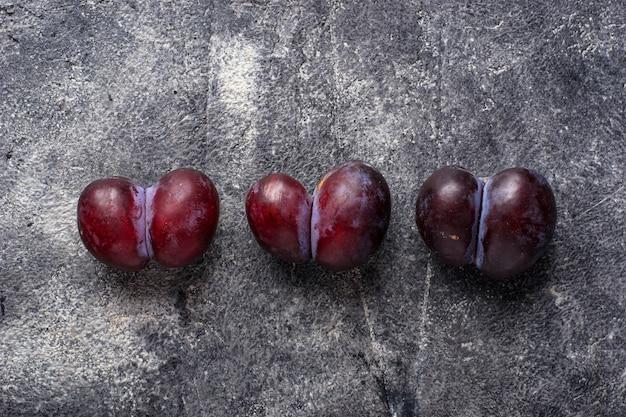Hässliche pflaumen, abnormale bio-früchte