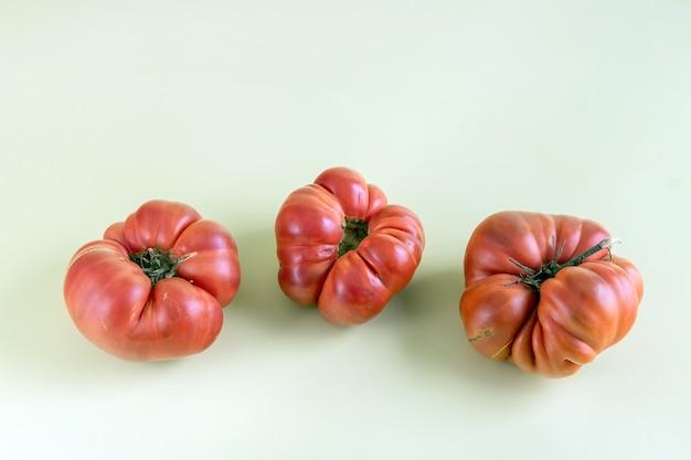 Hässliche rote bio-tomaten