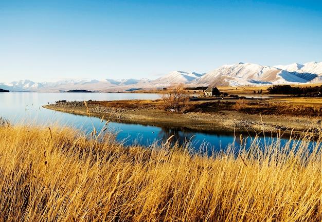 Häuschen-ländliches szenen-gebirgssee-landschaftskonzept