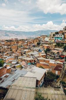Häuser auf den hügeln von comuna in medellin, kolumbien