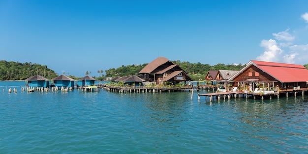Häuser auf stelzen im fischerdorf bang bao, koh chang, thailand