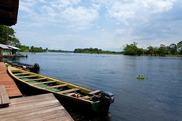 Häuser entlang des amazonas. brasilianische feuchtgebietsregion. befahrbare lagune. wahrzeichen südamerikas.