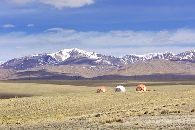 Häuser im altai-gebirge touristencamping unter kugelförmigen dächern in der chui-steppe