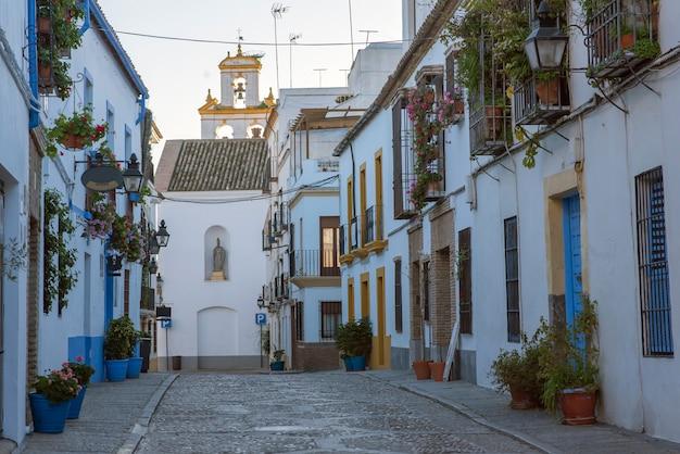 Häuser in andalusien und blumen im frühling